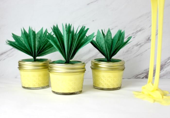Come fare lo slime di colore giallo in vasetti piccoli di vetro a forma di ananas