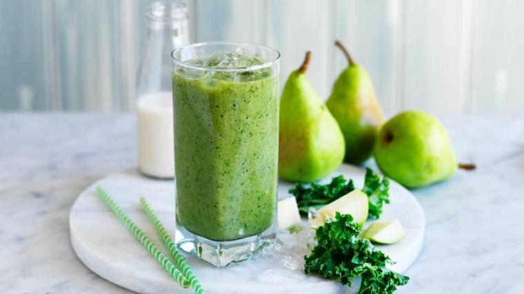 Smoothie verde preparato con insalata riccia e pezzettini di pera con aggiunta di latte