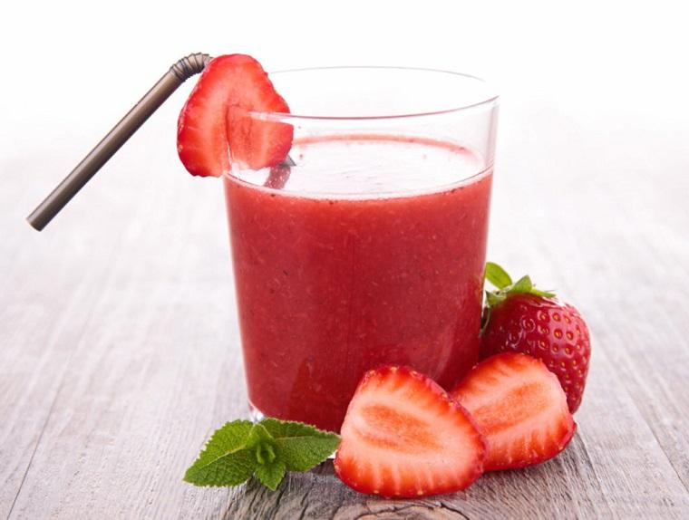 Colazione detox con uno smoothie alla fragola e foglie di menta