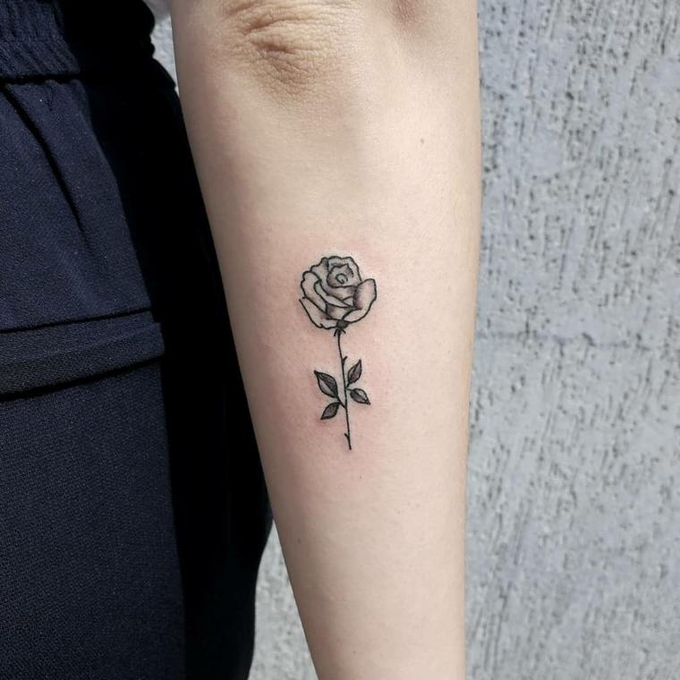 tradizionale rosa di piccole dimensioni, idea per un tatuaggio femminile  sul braccio