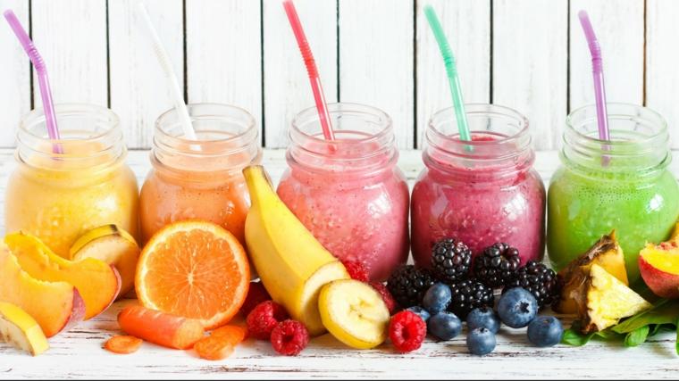 Idea per dei frullati di frutta senza latte, barattoli di vetro con dei smoothie cremosi