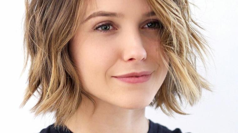 taglio corto di tendenza con una piega al naturale e riga di lato con schiariture capelli