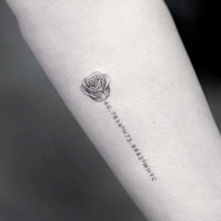 originale tattoo con una rosa stilizzata e una serie di numeri e lettere al posto del gambo