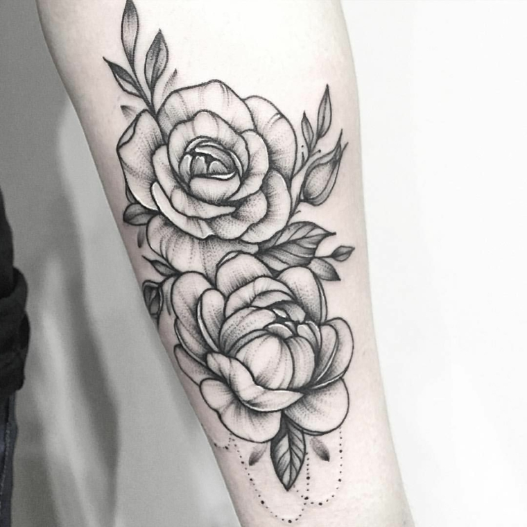 splendide rose in bianco e nero con delle sfumature grigie, idea per un tattoo avambraccio