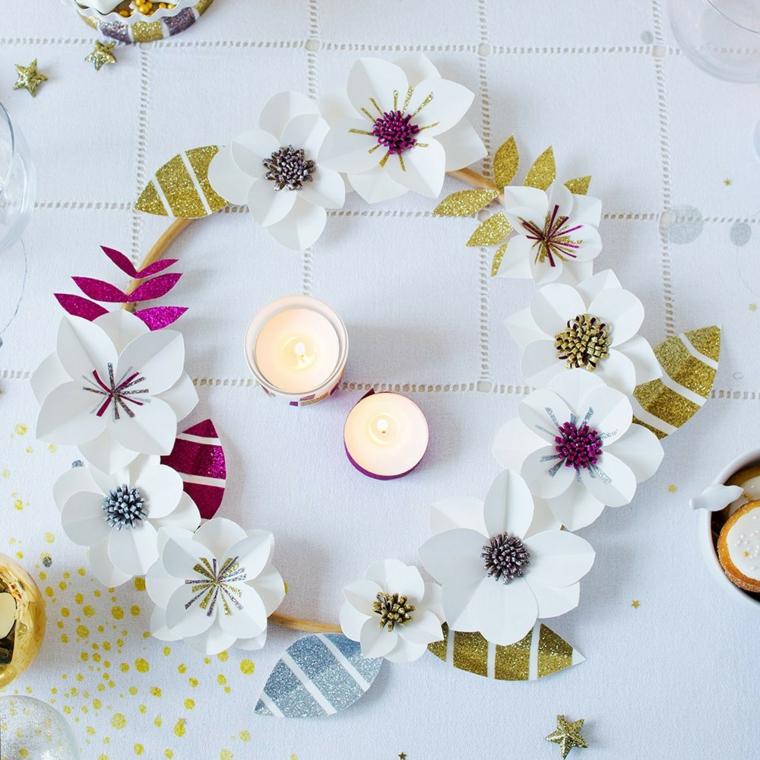 Corona di legno con dei fiori di carta colore bianco e foglie in glitter oro