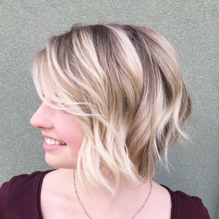 esempio di schiariture capelli nei toni del biondo platino, ragazza con maglia bordeaux