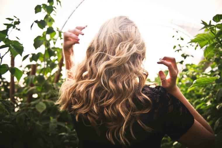 splendidi capelli biondi ondulati, esempio per come avere i capelli mossi