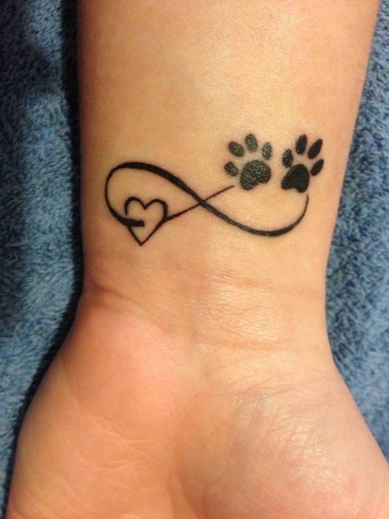 grazioso esempio per tatuaggi al polso femminili, il simbolo dell'infinito con due impronte e un cuore