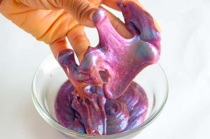 Pasta modellabile colorata in ciotola, ingredienti per fare lo slime
