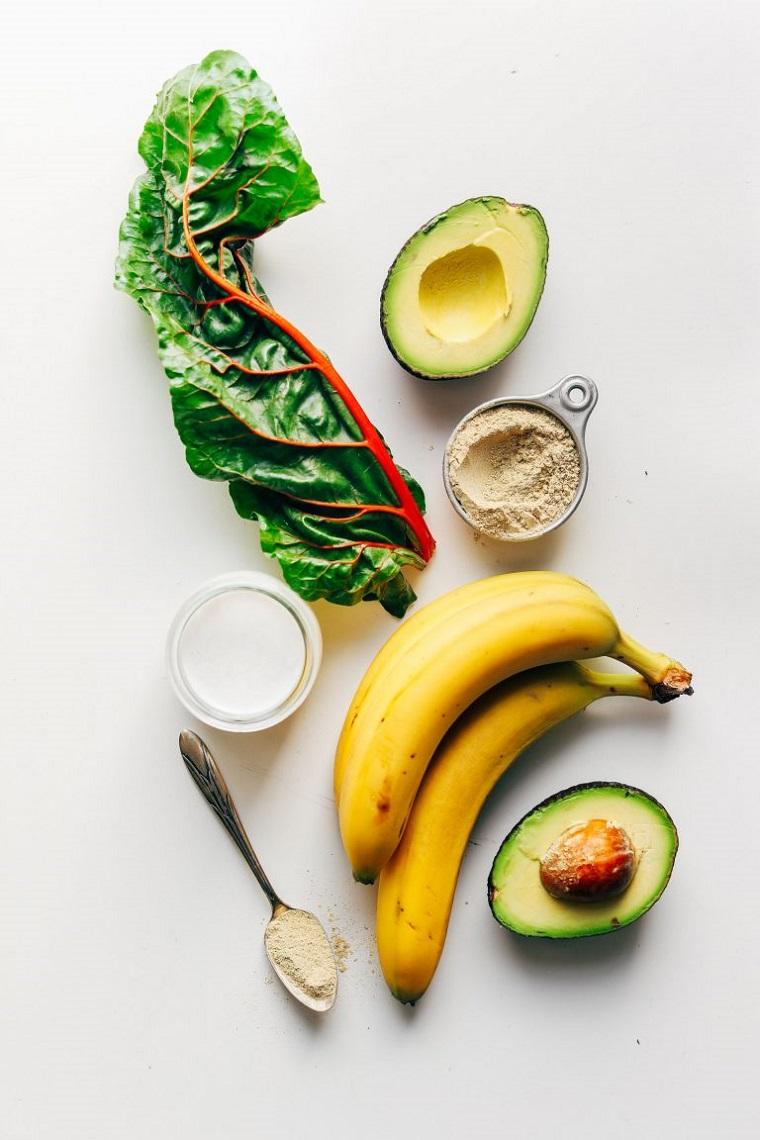 Frutta come banana e avocado per preparare uno smoothie, aggiungere anche latte di mandorla e alcune verdure