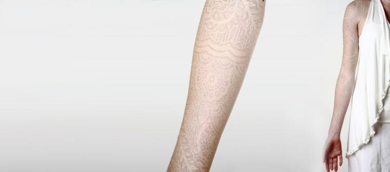 Tatuaggi mandala sul braccio di una donna, tattoo trasparente di Watson Atkinson