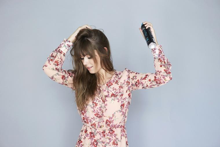 tutorial per fare capelli mossi, spruzzare la lacca per capelli da una certa distanza