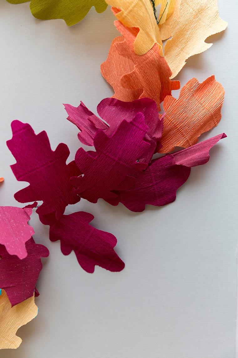 Fiori di carta crespa, ghirlanda di foglie finte secche nei colori autunnali