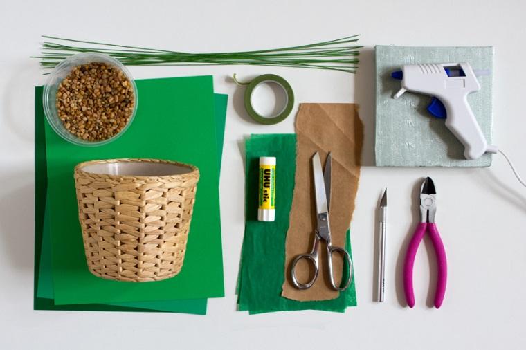 Occorrente per dei lavoretti facili fai da te sistemati su un tavolo bianco