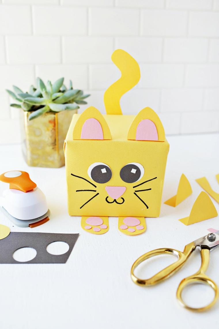 Scatola di cartone giallo a forma di gattino, lavoretti manuali per bambini
