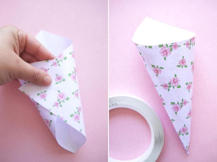 Tutorial come creare una forma a cono con un foglio motivi floreali, lavoretti facili con carta
