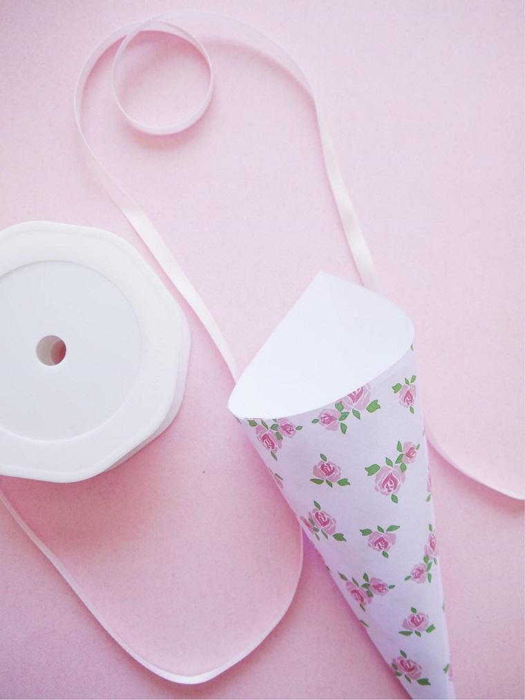 Idea per dei lavoretti di carta facili, bomboniera a forma di cono con nastro di colore rosa