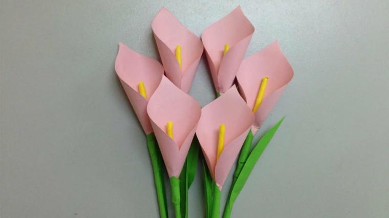 Bouquet di fiori di colore rosa con steli verdi realizzati con della carta colorata