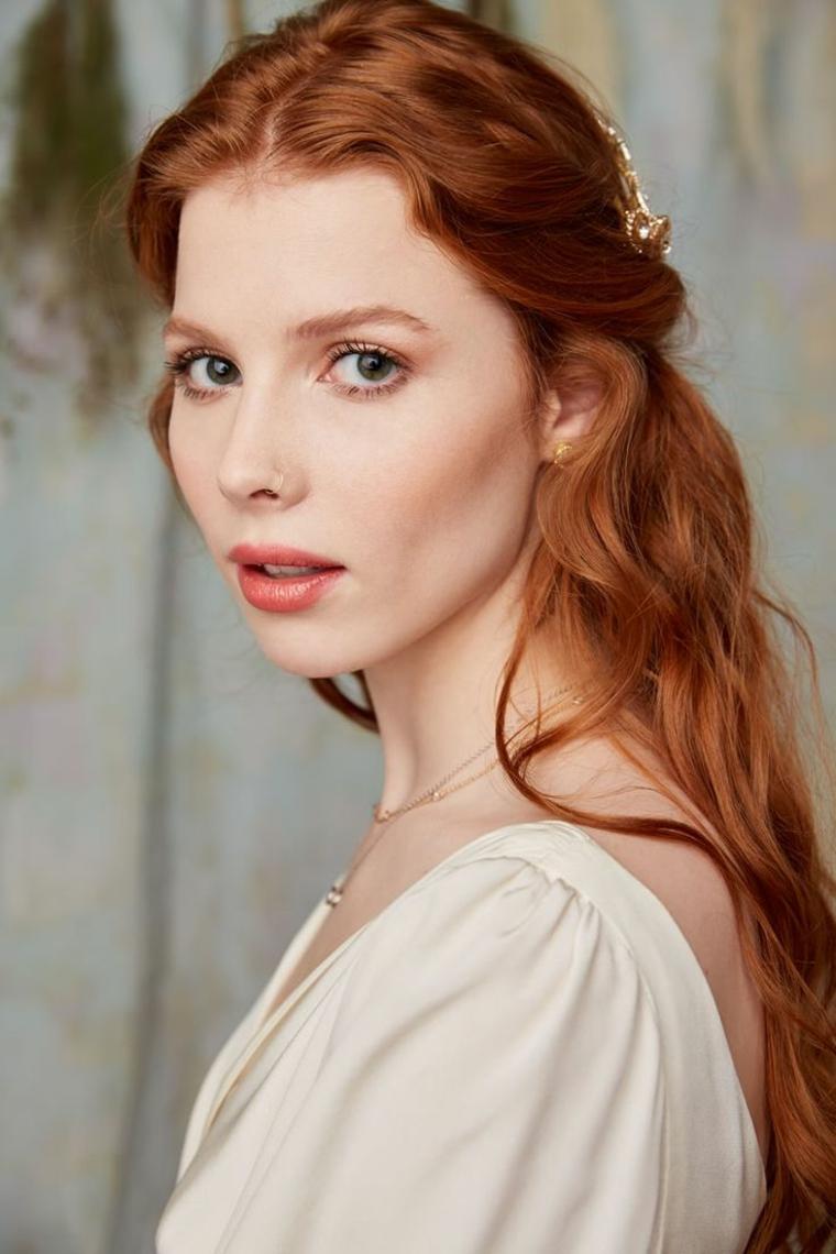 sposa con i capelli rossi lunghi ondulati, carnagione chiara, idea trucco occhi matrimonio