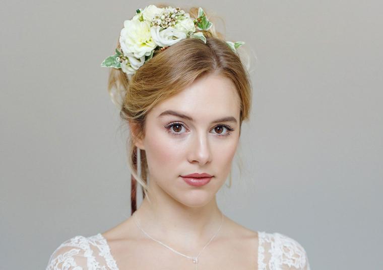 romantica immagine e trucco sposa leggero con rossetto color mattone e un ombretto chiaro