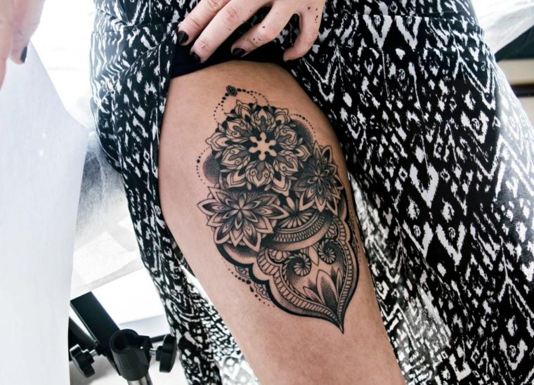 Fiore di loto tattoo sulla gamba di una donna, decorato con ornamenti e tante sfumature