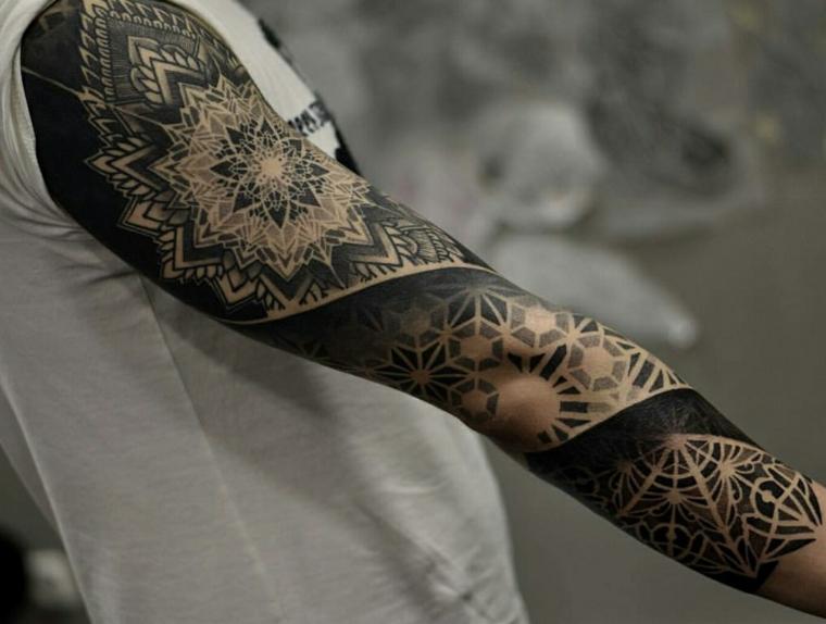Mandala significato, il braccio di un uomo tatuato a manica con motivi spirituali e forme geometriche