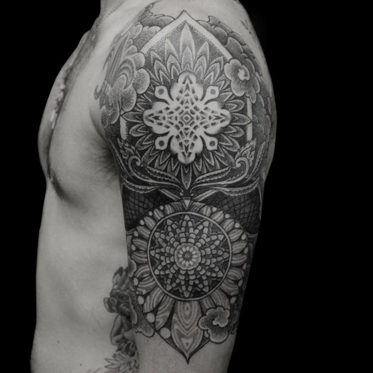 Un uomo con tatuaggio simbolo forza interiore, tattoo con mandala e fiore di loto