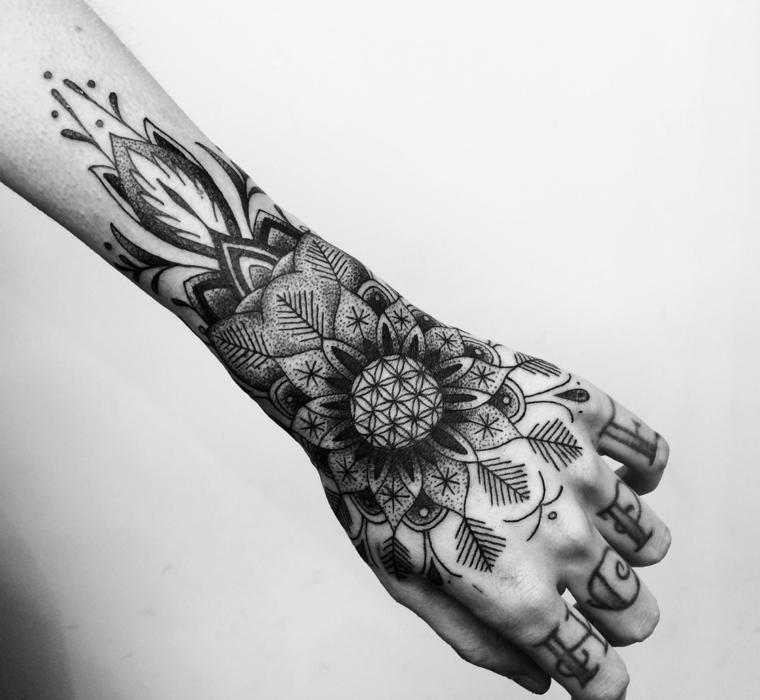 Fiore di loto significato e un tatuaggio con motivi mandala sulla mano di una donna