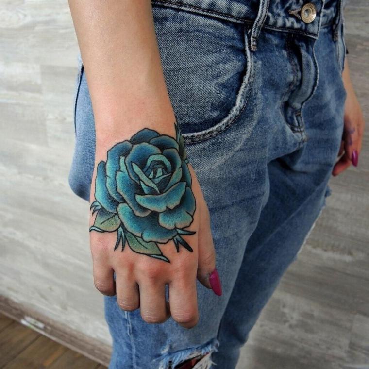 bellissima idea per un tatuaggio sulla mano, una rosa blu di dimensioni grandi