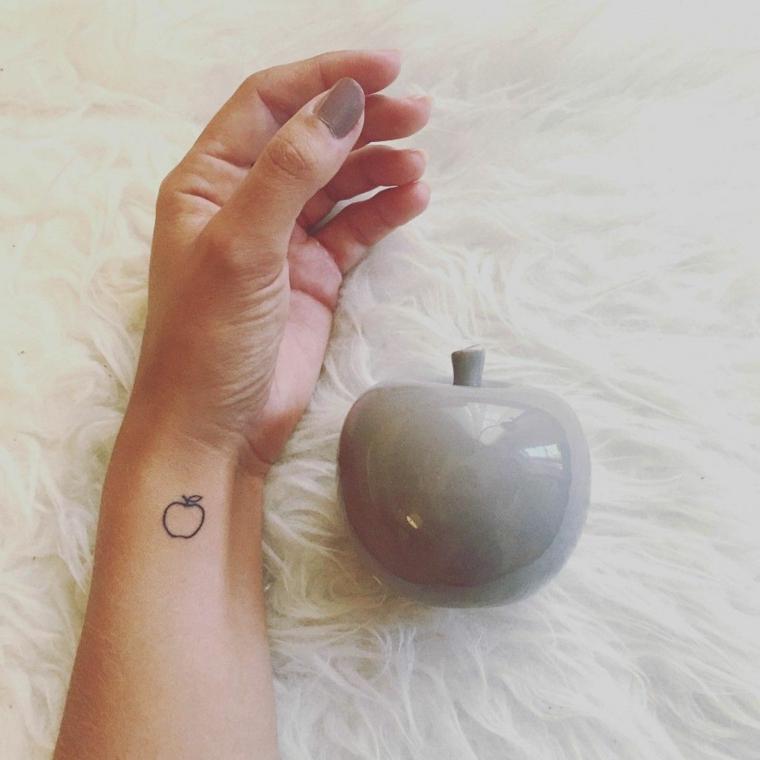 graziosa idea per tatuaggi polso donne, una piccola mela nella parte laterale del polso