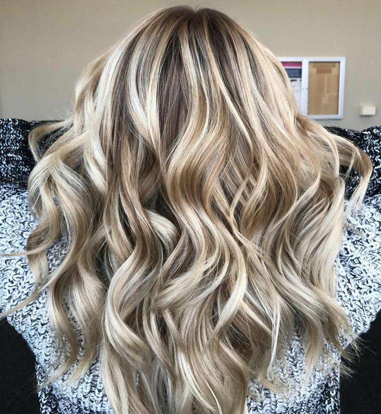 bellissimi capelli lunghi con una piega a morbide onde, capelli biondo cenere