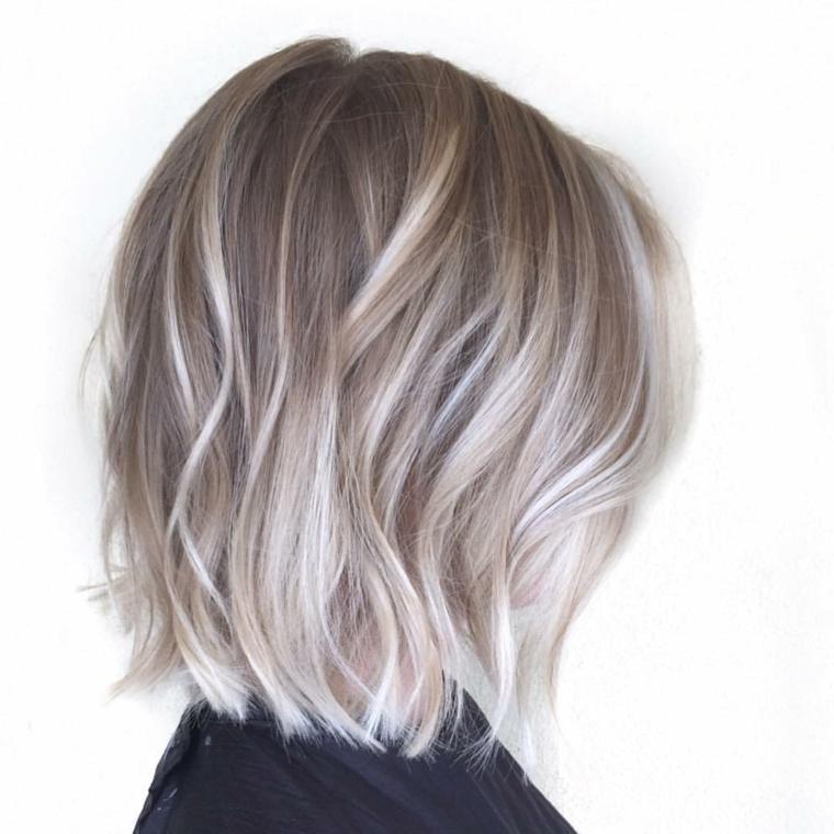 ottima proposta per un look di tendenza,,un bob lungo e capelli biondo cenere