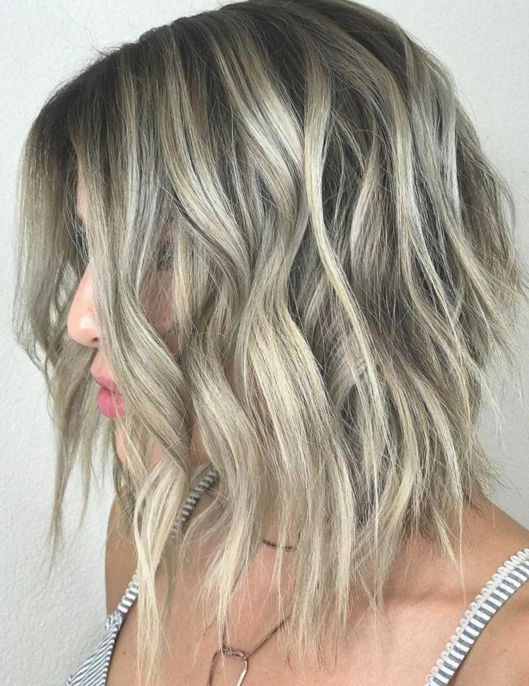 migliore idea per dei capelli balayage biondo con un taglio asimmetrico di tendenza