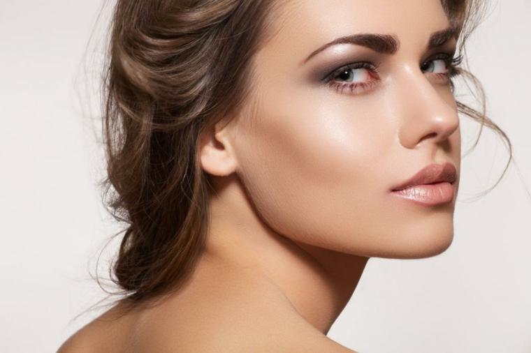 esempio per realizzare un maquillage duraturo con ombretti perlati chiaro-scuri