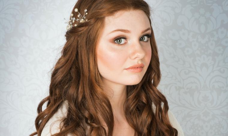 look romantico con i capelli lunghi sciolti e un fermaglio di perle. trucco e parrucco sposa