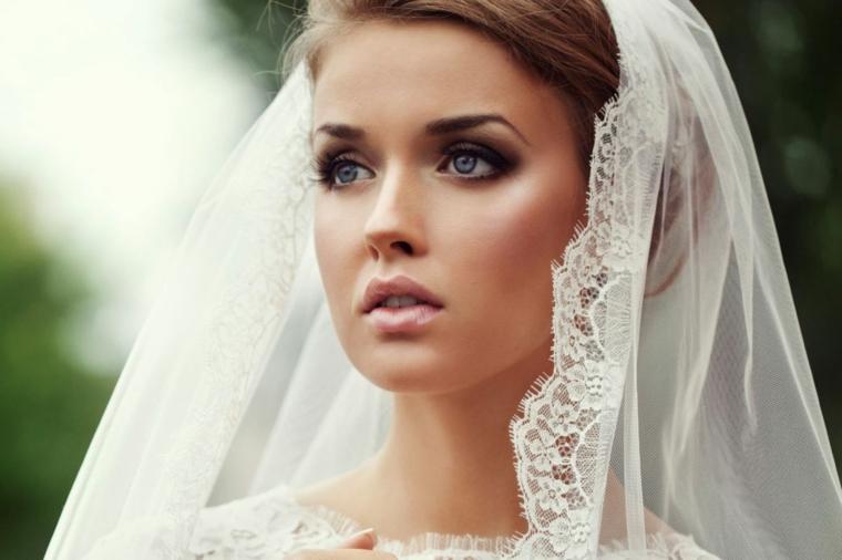 semplice e naturale look con un trucco sposa con gloss rosa lucido e ombretto scuro sfumato