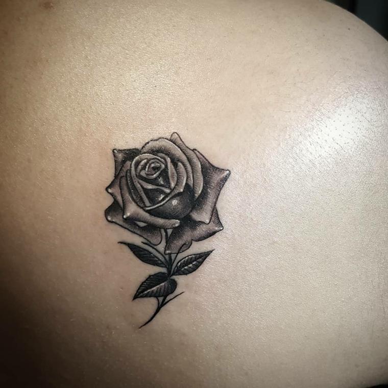 bellissima idea per tatuaggi rose piccole nere con delle sfumature grigie e tre foglie