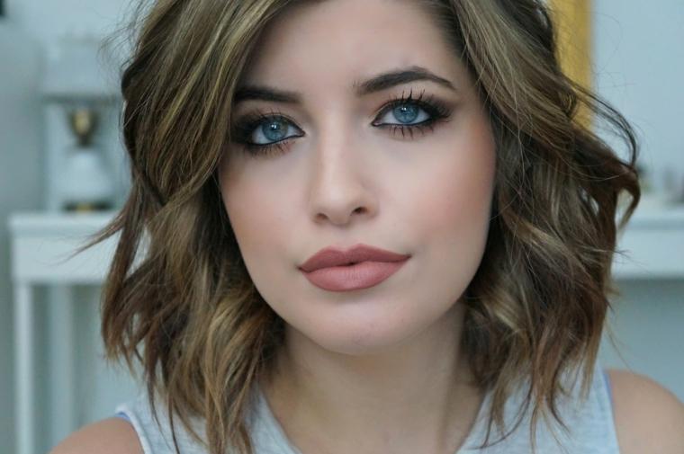 bellissima ragazza con occhi blu e labbra carnose, idea per capelli mossi medi