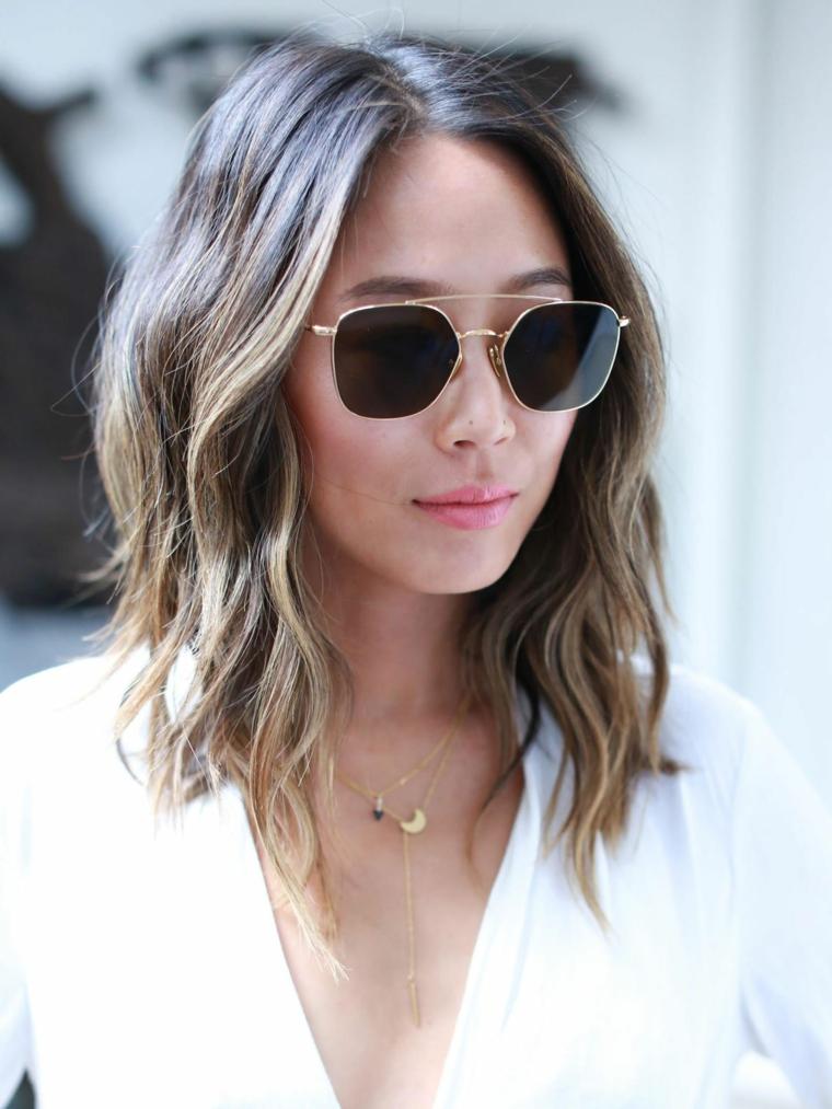 montatura occhiali da sole dorati, idea bob mosso come farlo, ragazza con maglia bianca