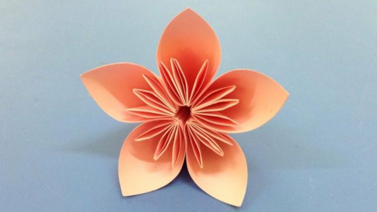 Fiore di carta di colore pesca , creazioni fai da te facili da realizzare