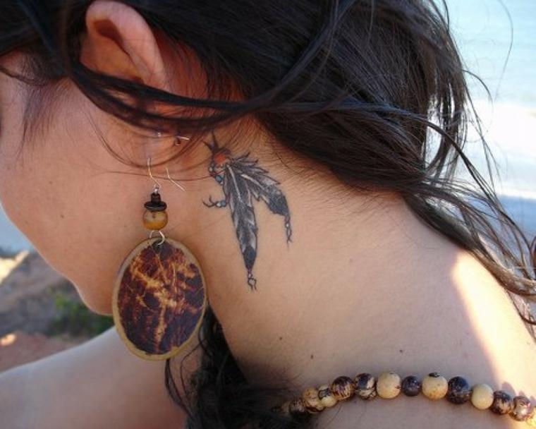 particolare disegno raffigurante due piume dietro il collo di una ragazza, idea tatuaggi particolari