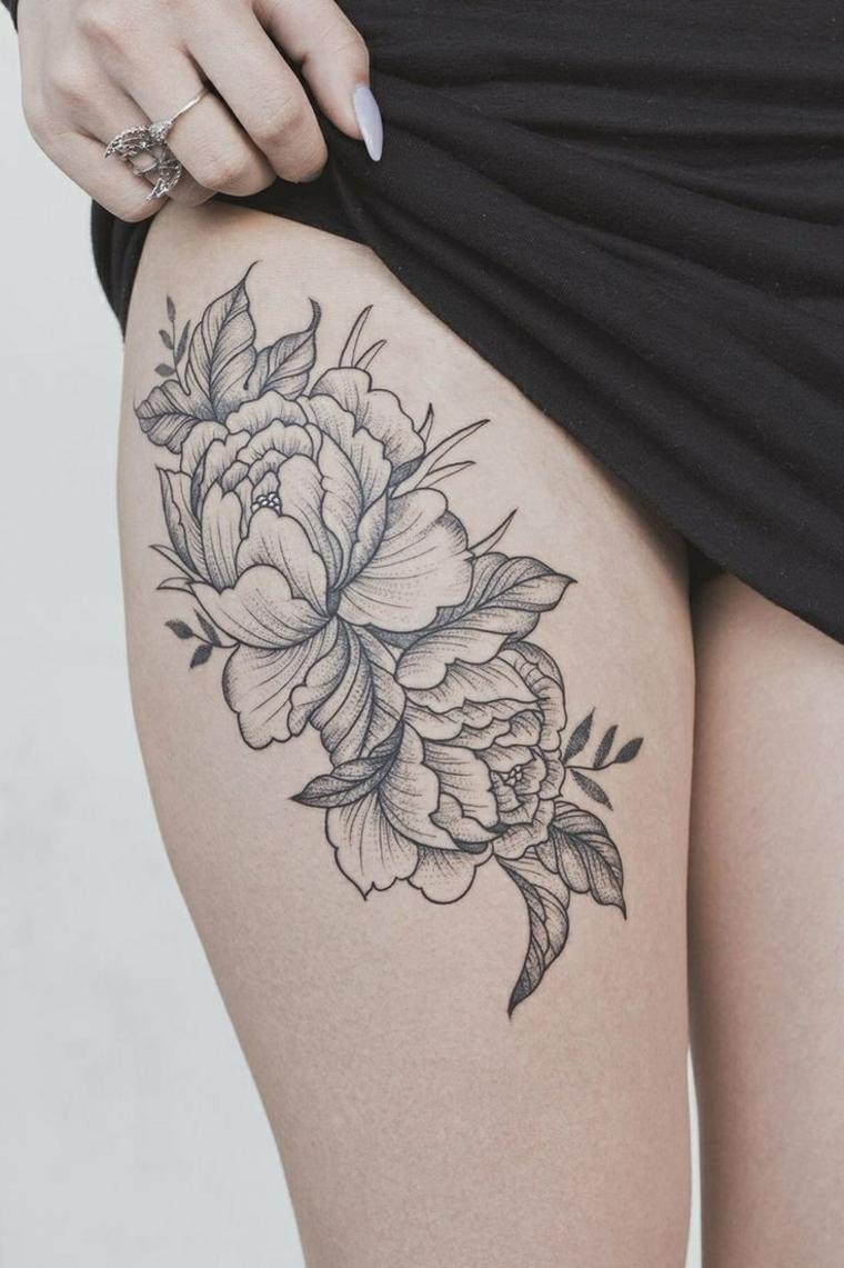 bellissimo tattoo per una ragazza con delle rose in bianco e nero sulla coscia