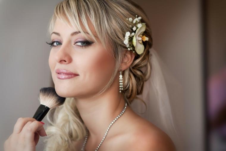 bellissima idea per un make up sposa con imbretto viola chiaro, rossetto rosa lucido e fard color albicocca