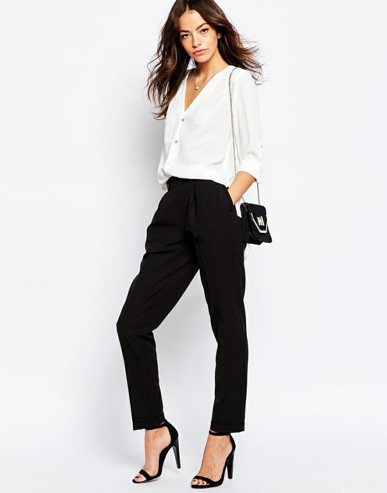 Abbigliamento donna con un pantalone nero e camicia bianca, idea per un matrimonio informale