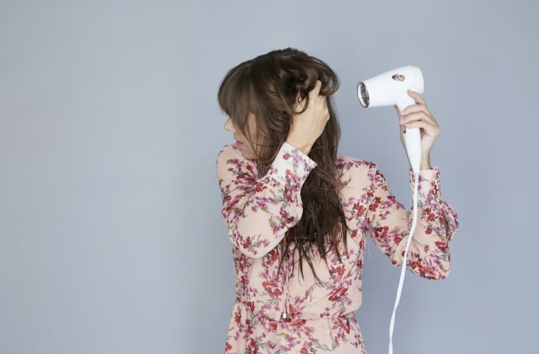 asciugatura con phon, tutorial capelli mossi come farli, ragazza con i capelli lunghi