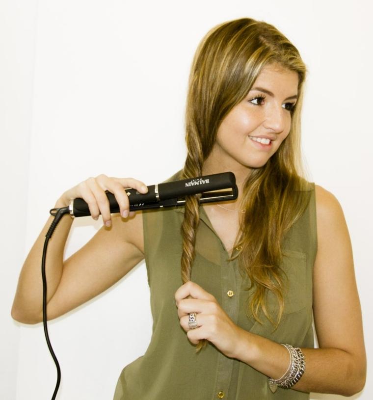 maglia verde senza maniche trasparente, ragazza bionda con piastra, come fare capelli ondulati