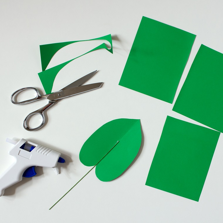 Come fare i fiori di carta, ritagliare una foglia da un foglio verde con fobici