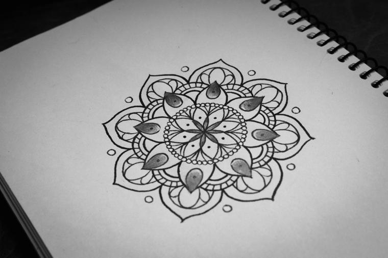Fiore di loto significato e un disegno di mandala su un foglio di carta bianco