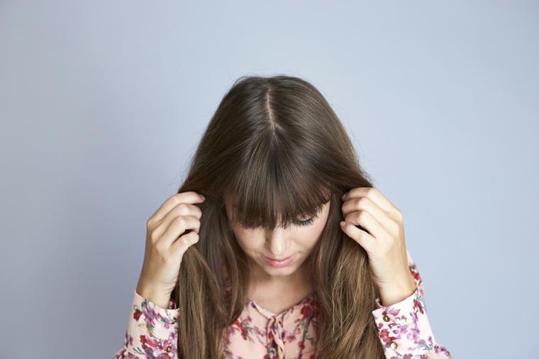 tutorial per come fare i capelli mossi, uno dei passaggi conclusivi, ragazza con i capelli lunghi