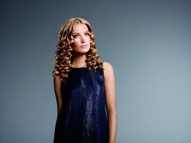 abito blu elegante, occhi azzurri, capelli biondi mossi, esempio per fare capelli mossi